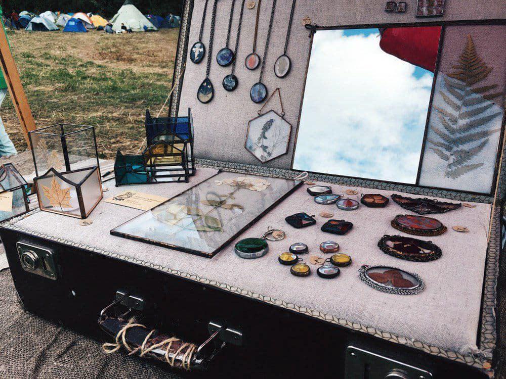 Чемодан с выставкой стеклянных изделий